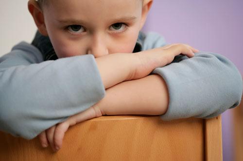 Copilul face pipi in pat