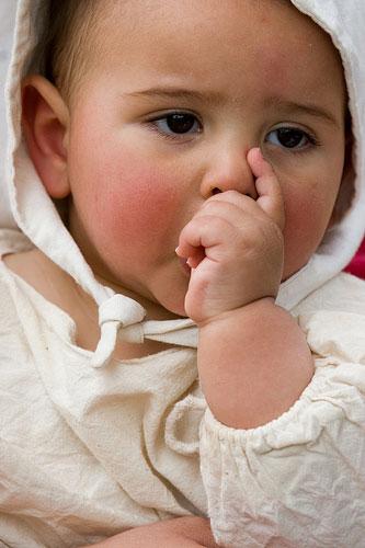 Copilul suge degetele