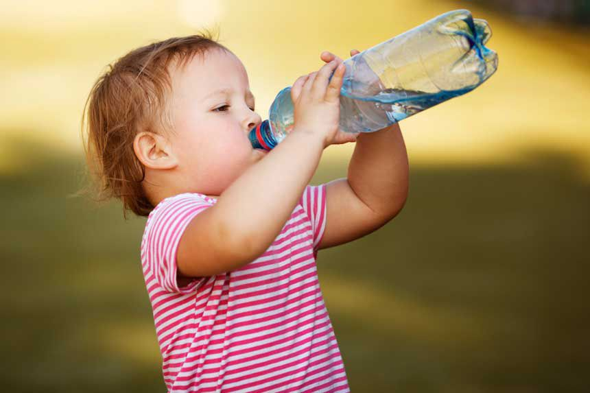 cata apa trebuie sa bea un bebelus